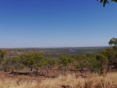 Blick übers Tal auf den Fluss