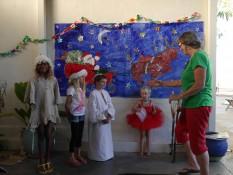 4 der Kinder und Lehrerin Patty beim Weihnachtssingen