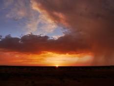 Sonneruntergang mit Gewitterwolke