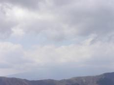 ja das ist der Fuji hinter den Wolken!