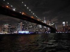 Manhattan und Brooklyn Bridge bei Nacht