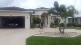 Der Hausherr vor seinem Anwesen