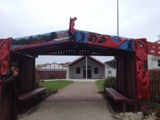 Der Durchgang waharoa zum Marae hinten