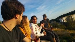 Pierre, Marta, Kirsten und Argus genießen die letzten Sonnenstrahlen - Pierre, Marta, Kirsten and Argus enjoying the last Minutes of sun