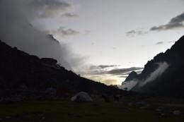 Aufkommender Nebel im Tal
