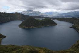 Laguna Cuicocha con el Volcán Imbabura en el fondo