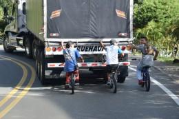 Kinder hinter dem LKW