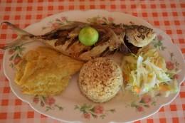 Pescado frito con arroz de coco