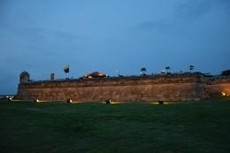 Die Festungsmauer in der Nacht