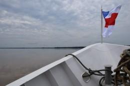 Der Bug mit der Flagge des Departamento Amazonas