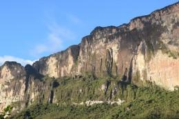 Steilwand mit der Route nach oben