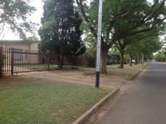 Unsere Straße und unser Häuslein auf der linken Seite - wir wohnen in einer total ruhigen Gegend, es gibt keinen Bürgersteig, jeder hat einen Hund, aber man sieht nie Menschen spazieren oder mit ihrem Hund