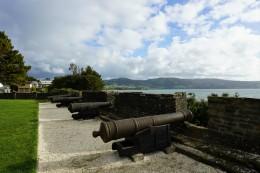 die alte Festung mit Kanonen - der Weg besteht komplett aus Muscheln