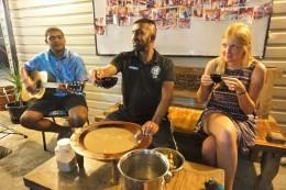 in der Mitte die traditionelle Schale mit der Kava zubereitet wird
