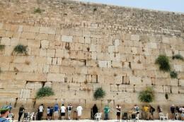die Klagemauer. Männer und Frauen beten getrennt