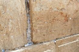 kleine Zettel in den Spalten der Klagemauer