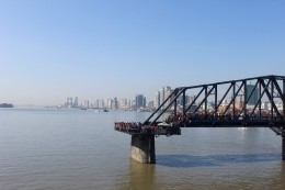 die alte Yalu-Brücke (Duan Qiao = zerbrochene Brücke) hier schauen Chinesen nach Nordkorea - die Brücke wurde nach dem Koreakrieg nicht wieder aufgebaut