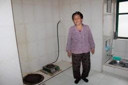Im Haus einer Bauernfamilie - Küche mit Gasherd und Fußbodenheizung