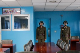 in der Baracke bewachen Soldaten den Ausgang nach Südkorea