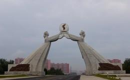 Monument zur Widervereinigung am Ortseingang in Pjöngjang