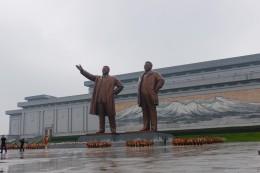 Das Große Monument auf dem Mansu-Hügel, 20 m hohe Bronzestatuen, Mosaik des Paekdu-Berges