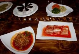 Kimchi (kann sehr scharf sein) essen Koreaner zu jeder Mahlzeit
