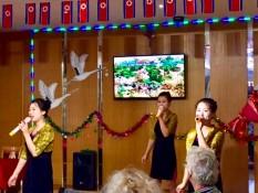 Singende Kellnerinnen