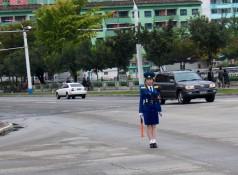 Bildschöne Verkehrspolizistinnen bewegen sich wie aufgezogene Puppen.