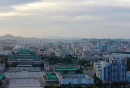 links unten der Kim Il Sung Platz auf dem die Aufmärsche und Paraden stattfinden