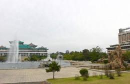 Großer Studienpalast des Volkes (das Koryo Hotel überragt die Bäume)
