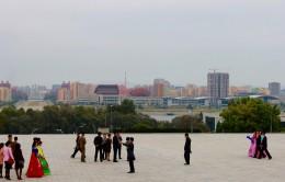 wieder auf dem Mansu-Hügel, am Großen Monument treffen wir auf viele Brautpaare (das Wellendach gehört zu einem Wellnesscenter)
