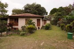 Das Haus unserer beiden Gastgeber (im Hintergrund sieht man unsere Hütte), rechts hinter dem Mülleimer die Hühner und hinter dem Fotographen befindet sich das Gazobo (deu: Salettl)- der Sammlungspunkt der Agrabetriebsgemeinschaft