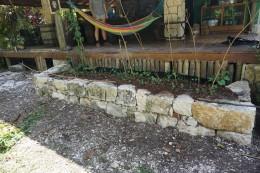 Die fertige Trockensteinmauer, die jetzt als Bohnenbet dient.