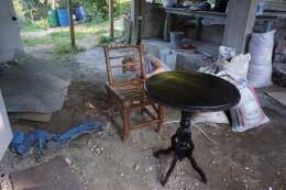 De genbrugte møbler skal lige tørres af og pudses i den behagelige seneftermiddagsvarme.