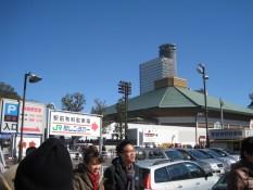 Das Stadion - das Gebäude mit dem grün/blauen Dach rechts im Bild
