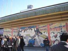 Traditionelle Darstellung eines Sumoringkampfes am Haupteingang der Halle