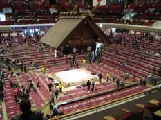 Die Halle gegen 12 Uhr - unsere Plätze waren übrigens auf dem unteren Rand der Tribühne gelegen
