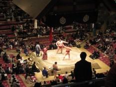 Ein Teil des Begrüßungsrituals. Übrigens ist Schiedsrichter der Herr mit dem rotem Kimono links im Blid.