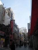 Kabukicho besteht vorranig aus kleinen Gässchen und weniger hohen Gebäuden, denen man die Jahre ansehen kann. Verglichen mit Shinjuku City, eine ganz andere Welt .