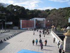 Der Parkausgang und die Brücke, die den Park mit dem Bahnhof verbindet. In den späten 90igern war die Brücke dafür bekannt, dass sich am Wochenende eine Heerschar von verkleideten Jugendlichen dort versammelte. Heute ist dort eher wenig los.