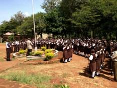 Die Schüler bei der morgendliche Versammlung