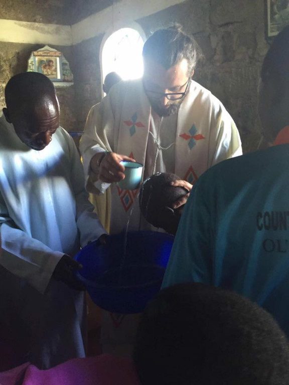 Pater Miro tauft die Erwachsenen