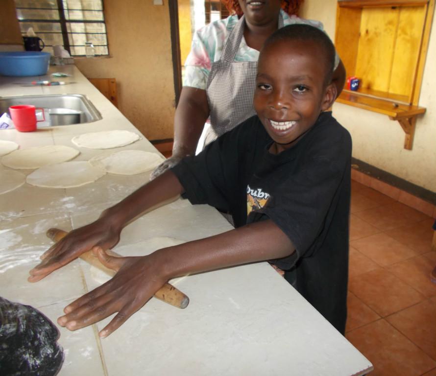 Denis hilft beim Rollen der Chapati