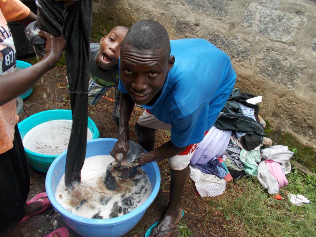 Dominik beim Wäsche waschen