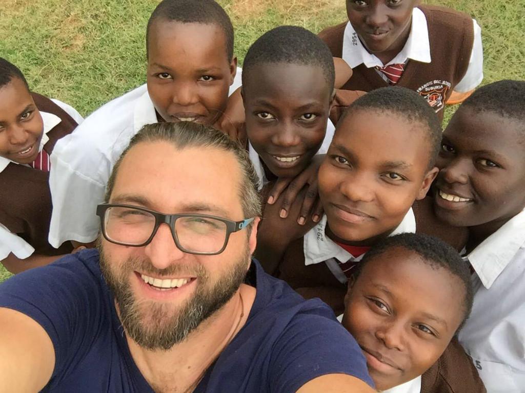 Missionar Miro Babic mit einigen Schülern