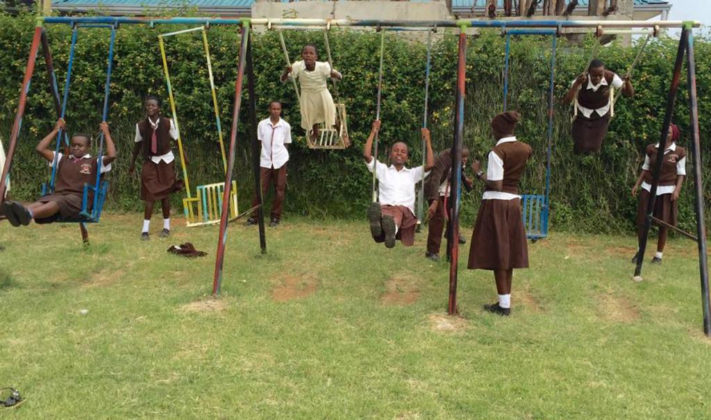 Die Jugendlichen genießen die Zeit auf dem Spielplatz