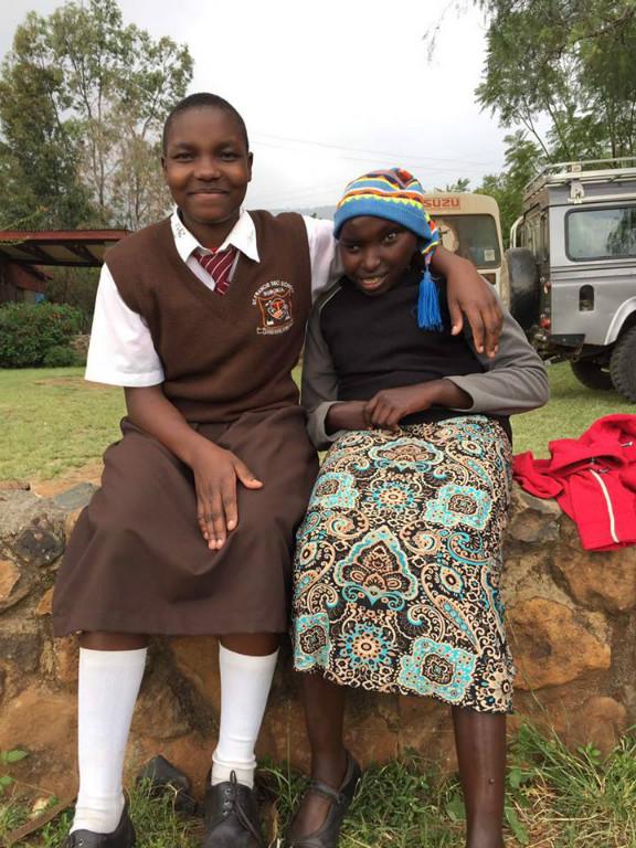 Caroline aus unserem Kinderheeim freut sich über den Besuch der St. Francis Schüler