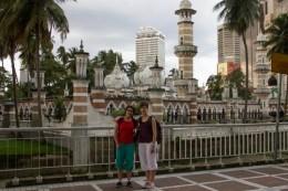 Vor der Jamek Moschee