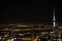 Blick vom Mount Eden auf den Skytower bei Nacht