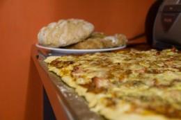 Brot, Apfelbrot und Pizza - ein Stillleben